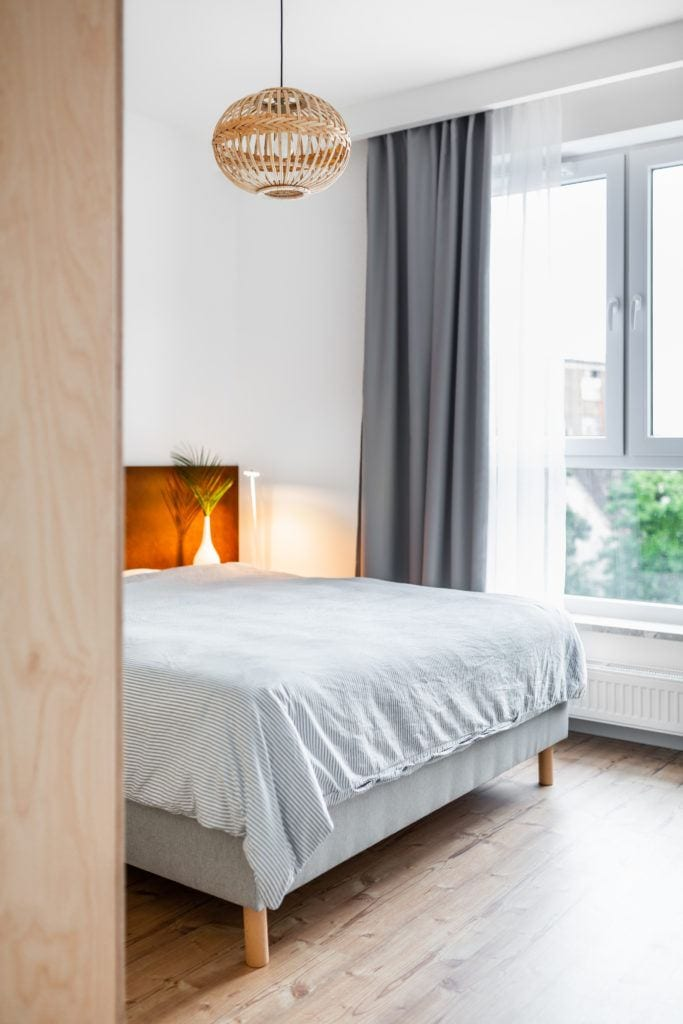 Duże łóżko z materacem w sypialni projektu Besign Studio