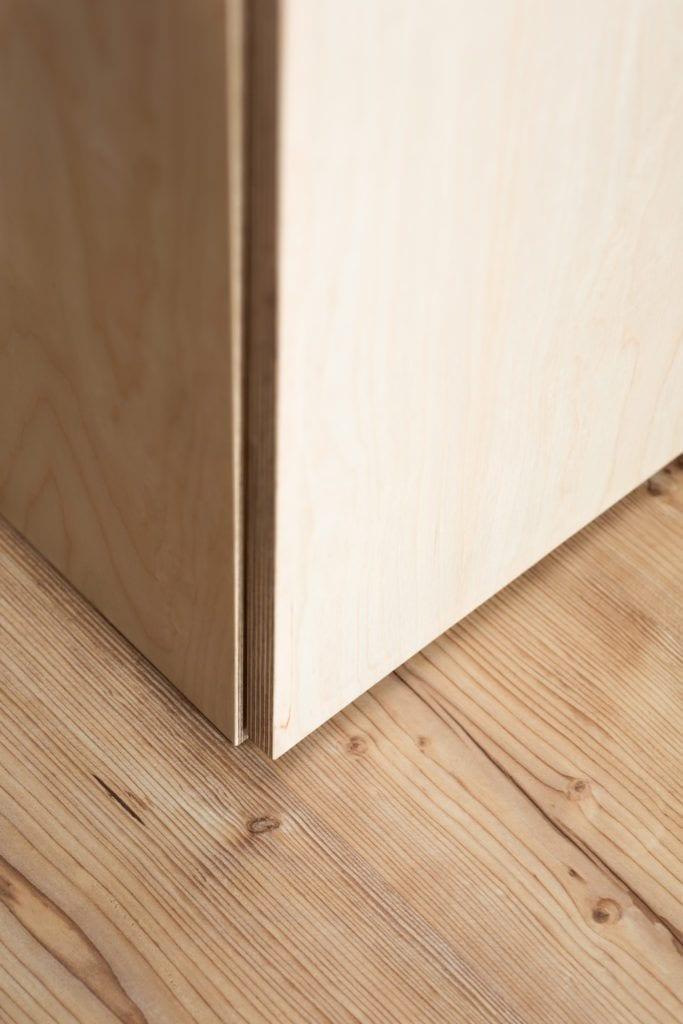 Detal drewnianej szafki stojącej na podłodze