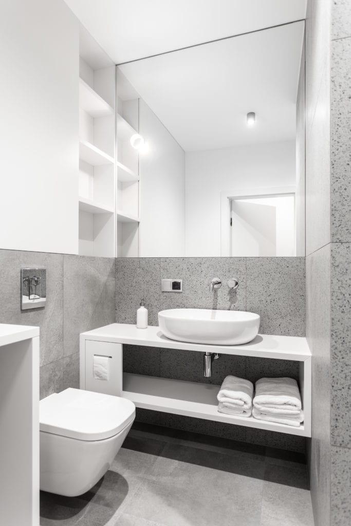 Biało-szara łazienka w jasnym mieszkaniu projektu Besign Studio