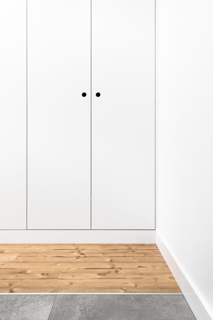 Biała szafa w jasnym mieszkaniu