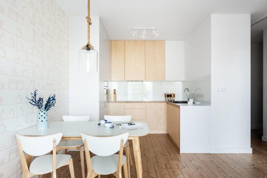 Jasne mieszkanie i jadalnia o białych ścianach