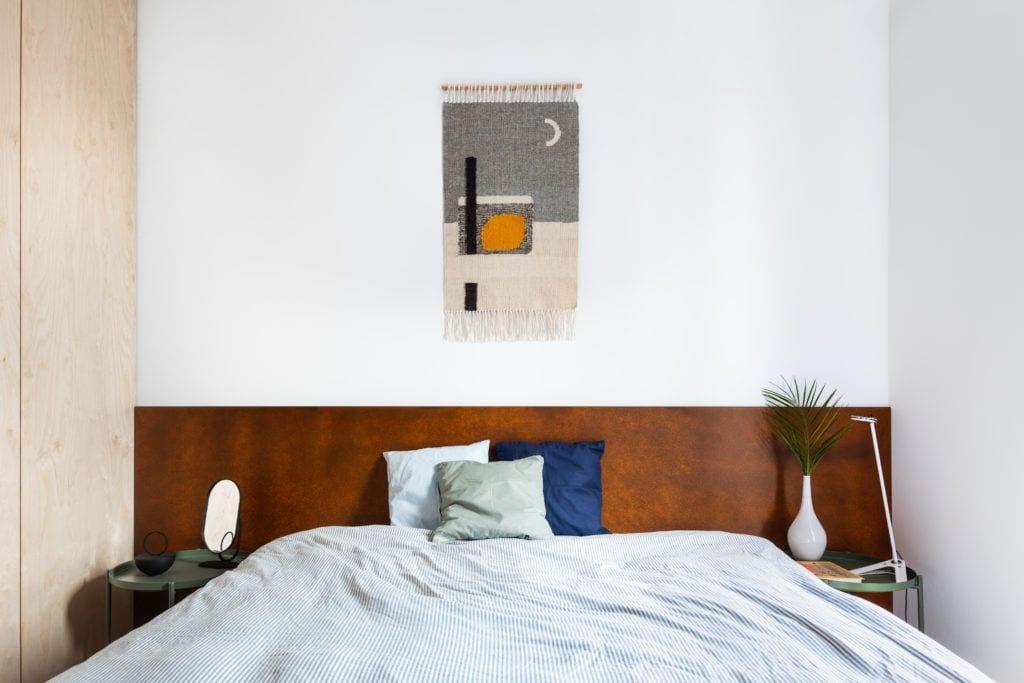 Kilim Tartaruga wiszący w sypialni w jasnym mieszkaniu projektu Besign Studio