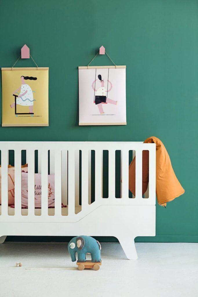 Białe łóżeczko dla niemowlaka ze sklejki od polskiej marki NUUKI