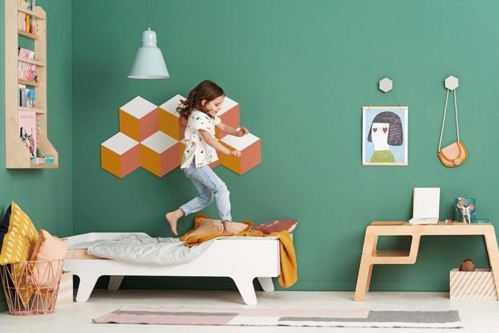 Białe łóżko dziecięce ze sklejki od polskiej marki NUUKI