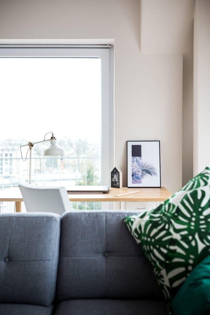 Widok przez okno w mieszaniu na poddaszu