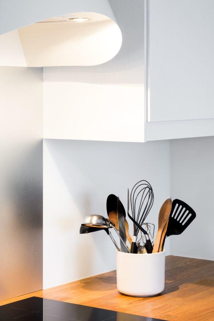 Sztućce w jadalni w mieszkaniu na poddaszu