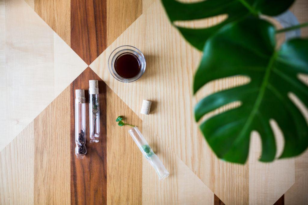 Stół drewniany z elementami dekoracji