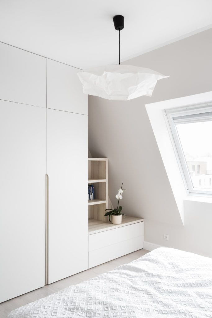 Jasny pokój w mieszkaniu na poddaszu projektu Besign Studio