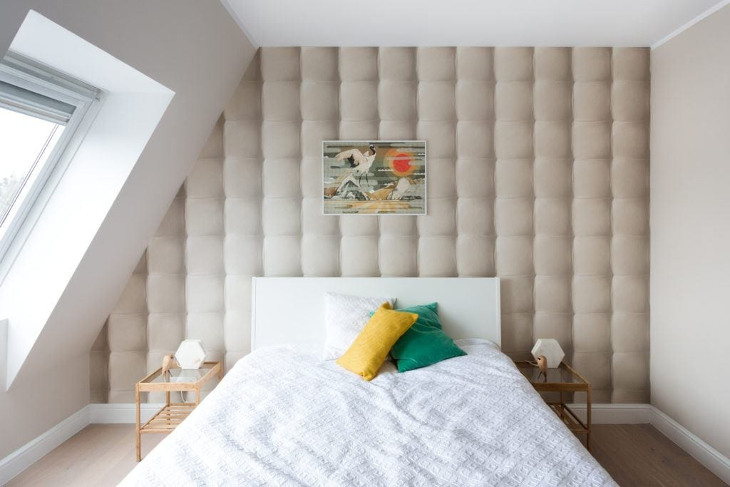 Sypialnia na poddaszu projektu Besign Studio
