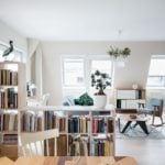 Regał na książki w pokoju dziennym w mieszkaniu projektu Besign Studio