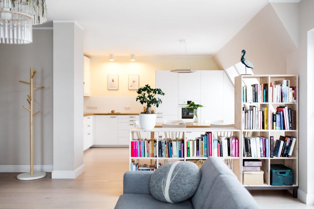 Regał z książkami w pokoju dziennym w mieszkaniu na poddaszu projektu Besign Studio