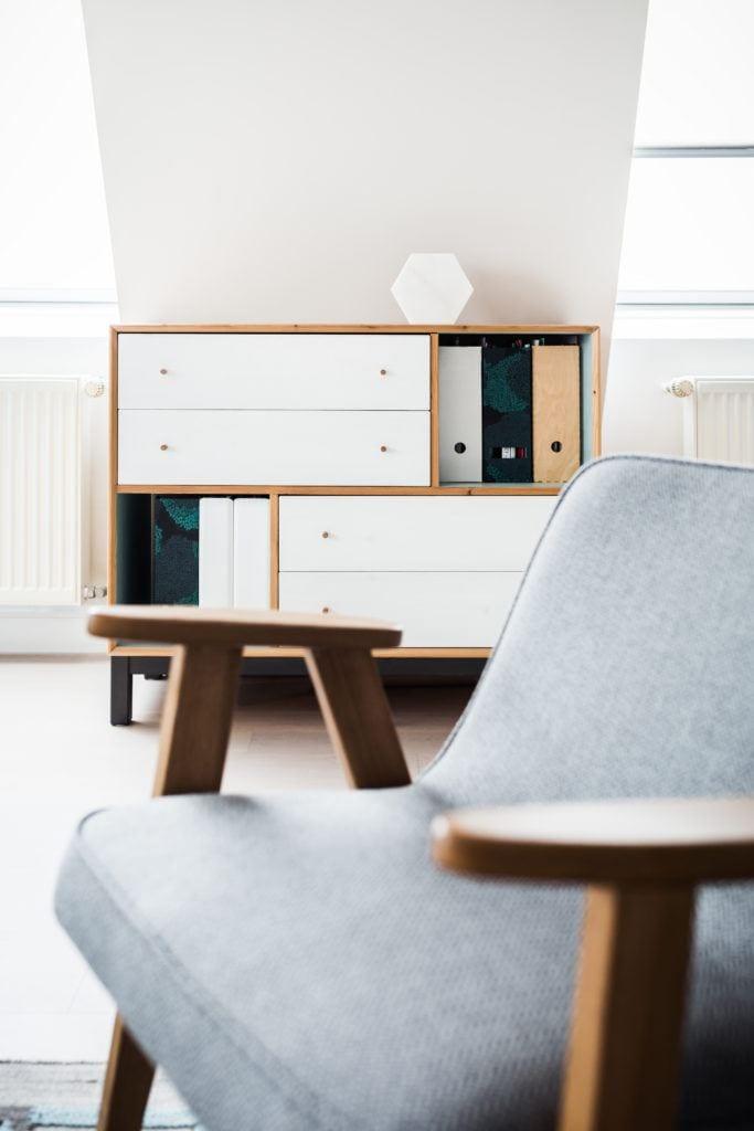 Fotel 366 i komoda w pokoju dziennym