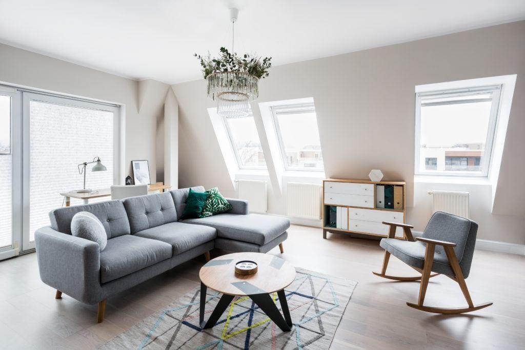 Pokój dzienny w mieszkaniu zaprojektowanym przez Besign Studio