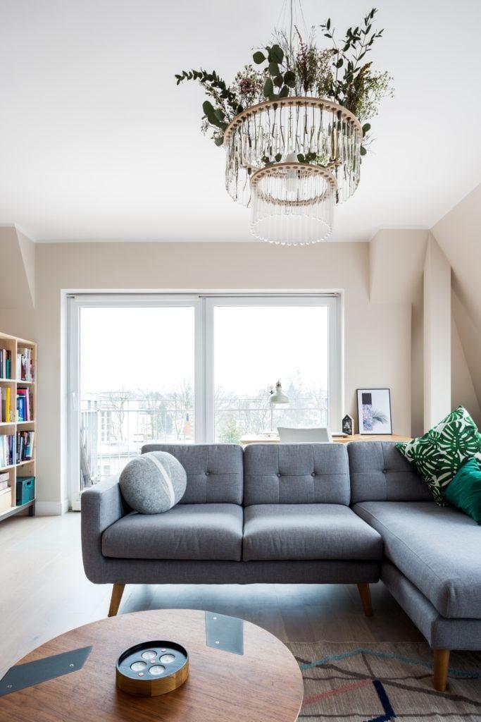 Szara sofa w pokoju dzienym