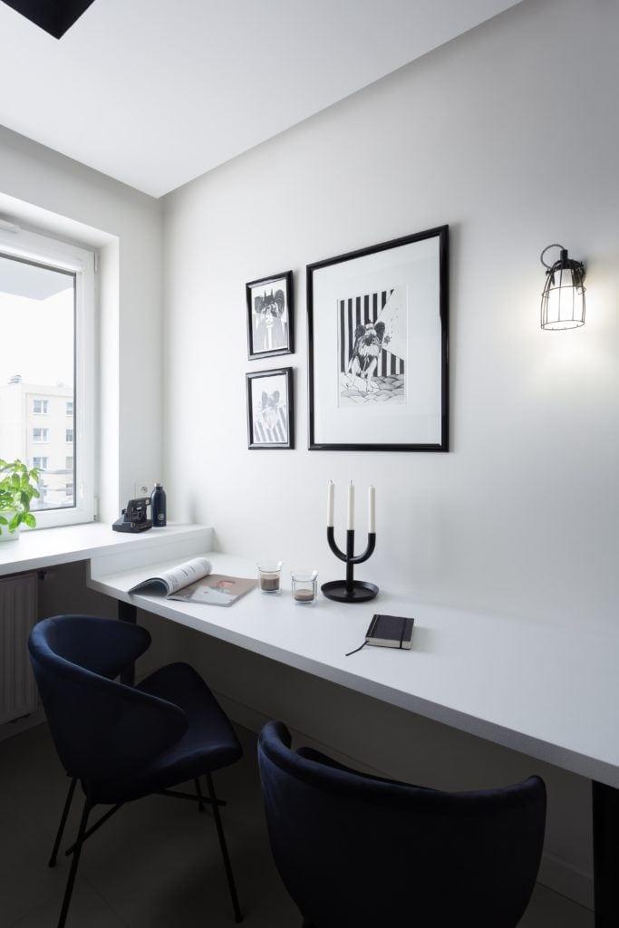 Biała ściana w kuchni z obrazami