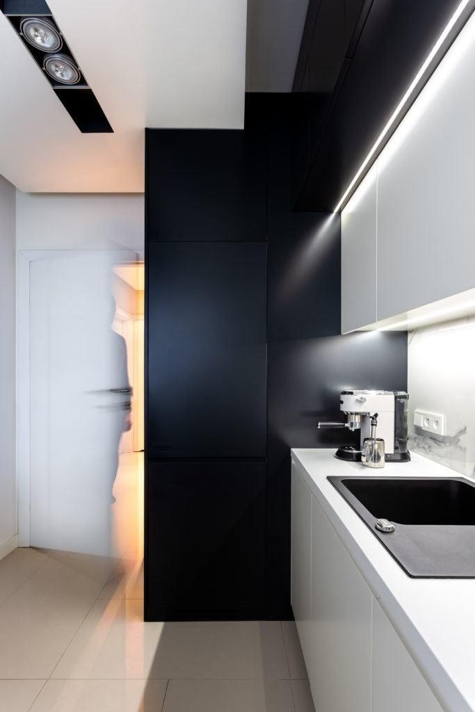 Czarna ściana i białe fronty w kuchni