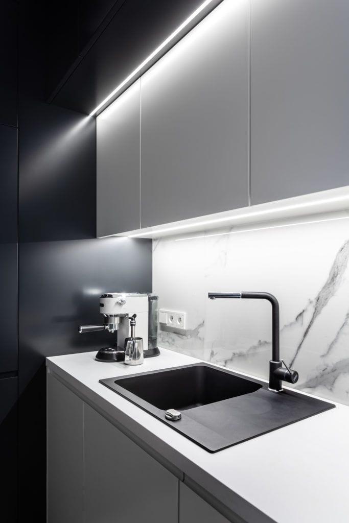 Monochromatyczna kuchnia, czarny zlew i czarna bateria