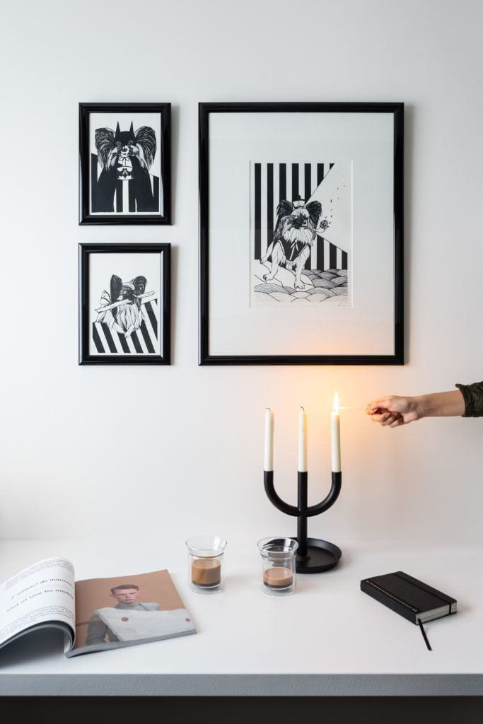 Obrazy na białej ścianie w monochromatycznej kuchni