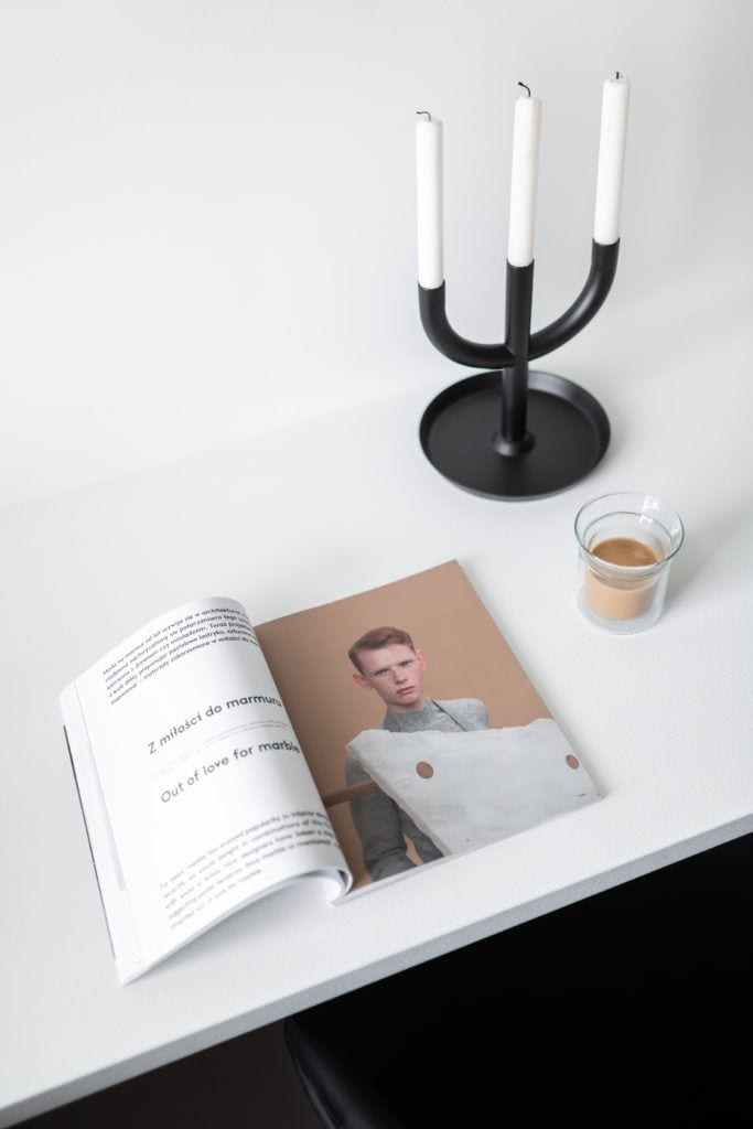 Magazyn na białym blacie w monochromatycznej kuchni