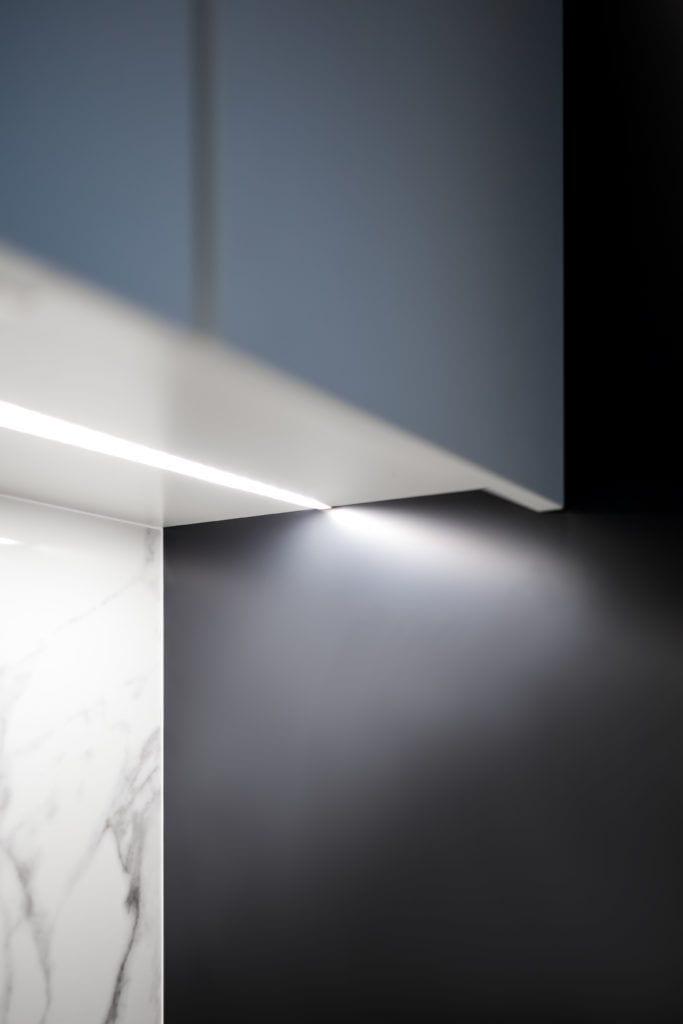 Oświetlenie szafek w biało-czarnej kuchni