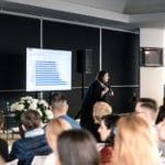 Uczestnicy wykładu w pawilonie VOX podczas targów Meble Polska