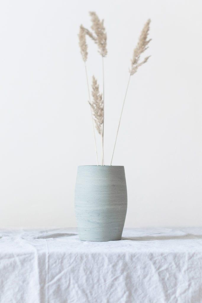 Niebieski ceramiczny wazon stojący na stole