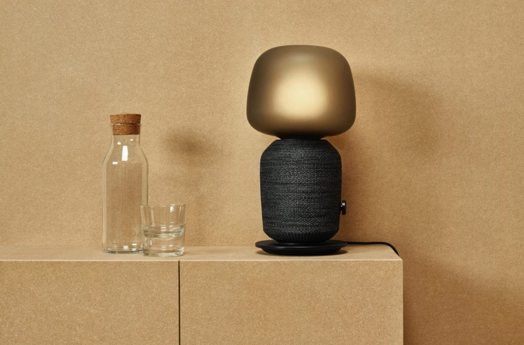 Czarna lampa ze złotym kloszem, która jest jednocześnie głośnikiem - Symfonisk - Ikea & Sonos