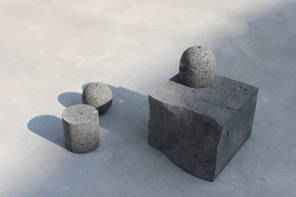 Kamień wulkaniczny i szkło – nietypowe połączenie w kolekcji lamp Origo