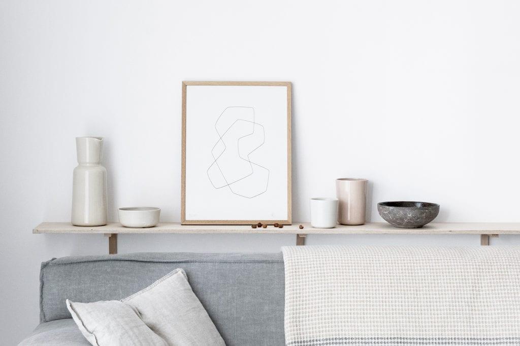 Obraz w złotej ramie stojący na stole