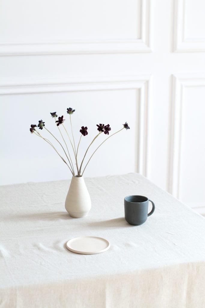 Produkty z ceramiki stojące na stole