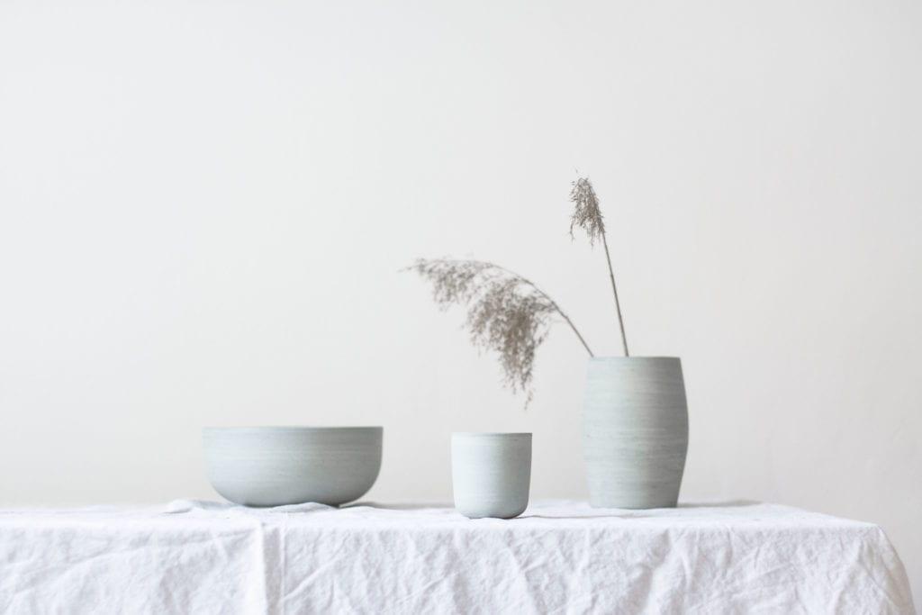 Błękitne produkty z ceramiki stojące na stole