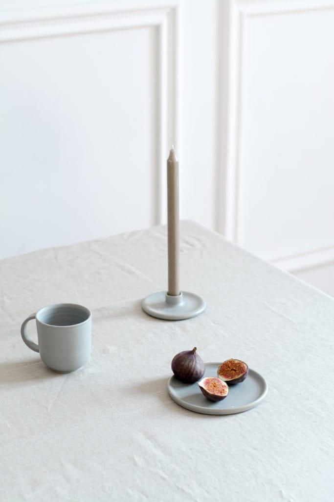 Produkty z ceramiki stojące na stole w pokoju dziennym