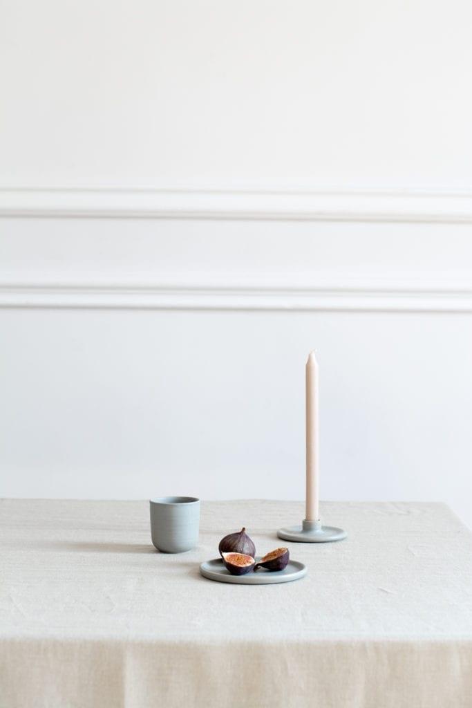 Zestaw przedmiotów z ceramiki stojących na stole