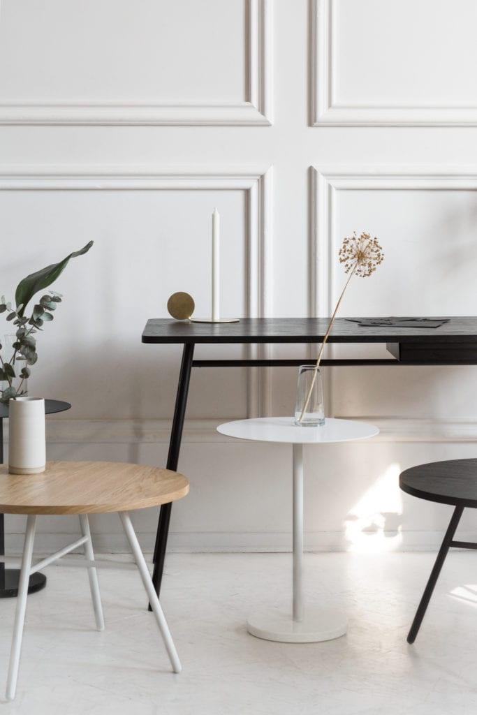 Czarne biuro i biały stolik Attaché od Mleko Living