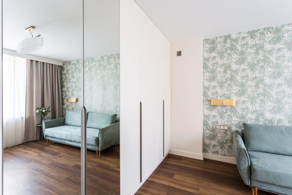 Zielona tapeta w mieszkaniu zaprojektowanym przez Clou Design