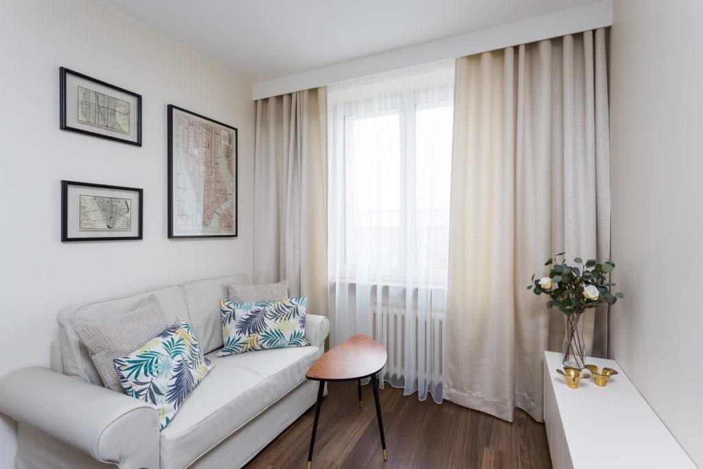 Sypialnia w beżową sofą w mieszkaniu zaprojektowanym przez Clou Design