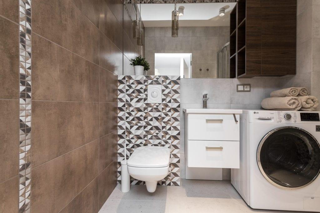 Łazienka w mieszkaniu z brązowymi kafelkami