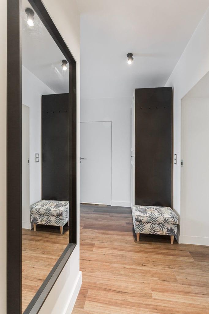 Przedpokój w mieszkaniu zaprojektowanym przez Clou Design