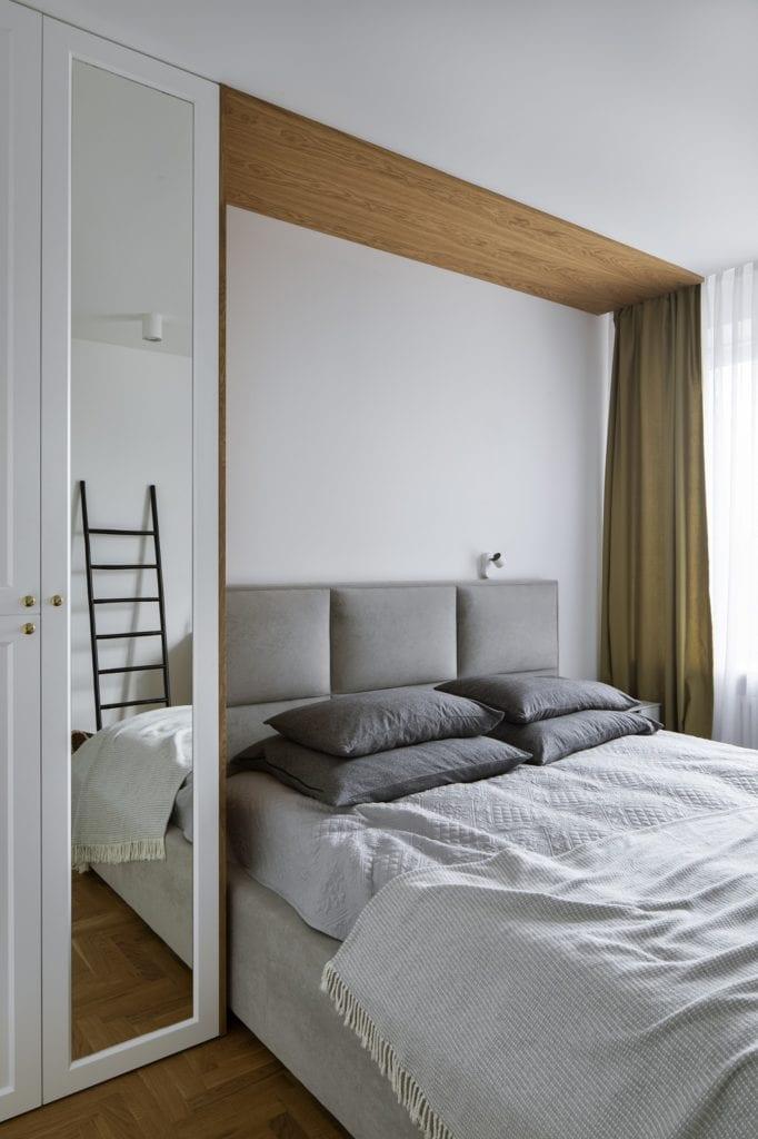 Przytulna sypialnia z dużym łóżkiem projektu MADAMA