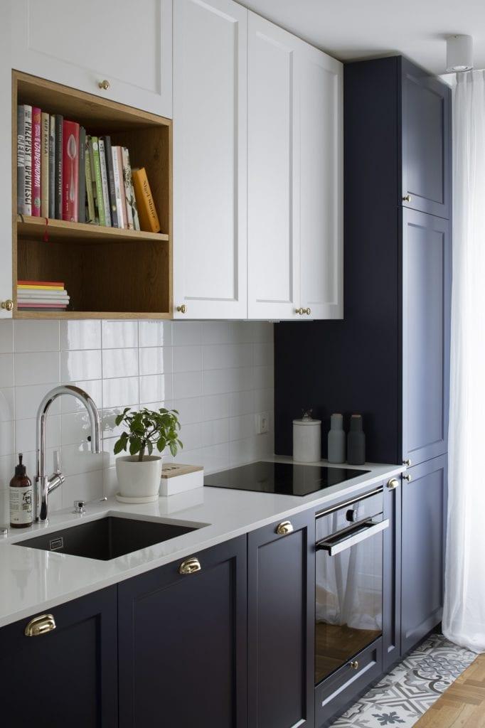 Kuchnia w mieszkaniu projektu biura architektonicznego MADAMA z białymi i niebieskimi frontami