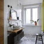 Biała łazienka z kafelkami projektu pracowni MADAMA