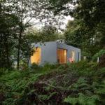 geometryczny dom w lesie