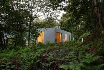 Geometryczny dom Forja w portugalskiej dolinie