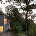 geometryczny dom wśród zieleni