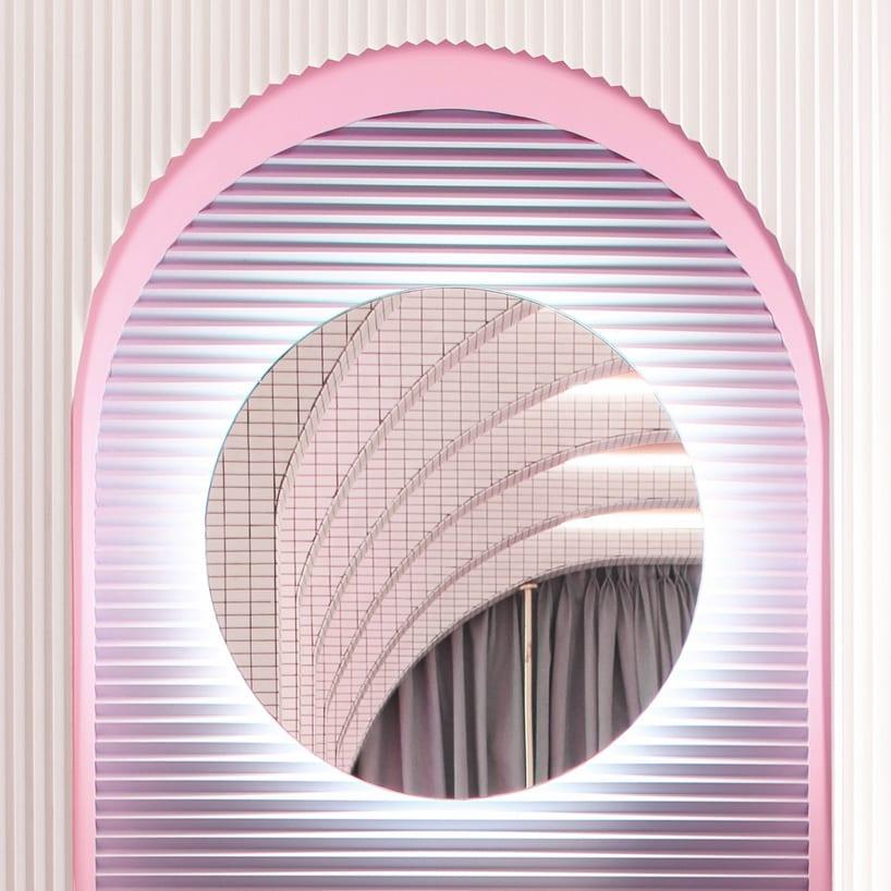 Futurystyczna garderoba z lustrem