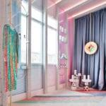 Patricia Bustos i kolorowa przebieralnia jej projektu