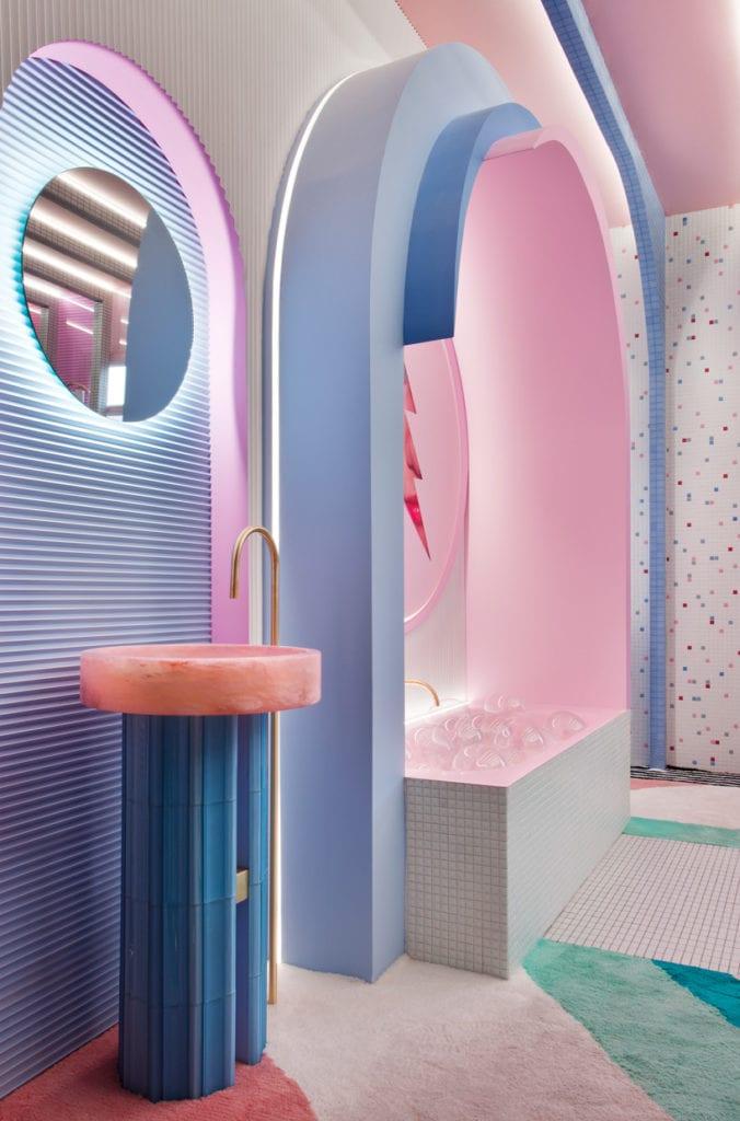 Futurystyczna garderoba z lustrem i umywalką