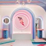 Futurystyczna garderoba z lustrami i umywalką w stylu David Bowie