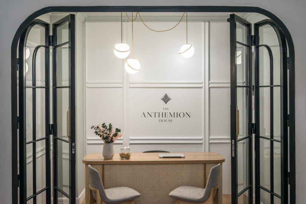 Recepcja w Hotel Dom Anthemion projektu studia Normless