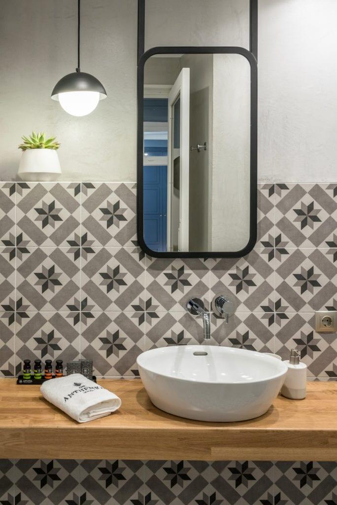 Łazienka w Hotelu Dom Anthemion projektu studia Normless w Kawali